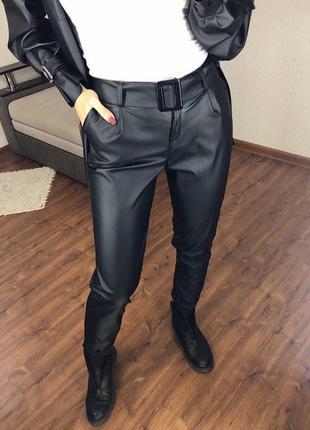 Кожаные  базовые брюки с защипами  zara