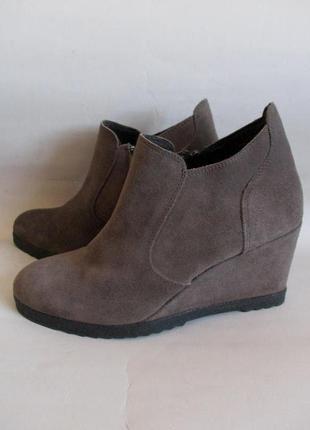 100% кожа! ботинки из натуральной замши на танкетке бренда minelli