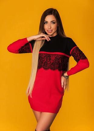 Красное вязаное платье с черным кружевом
