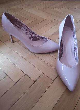 Нюдовые бежевые пудровые лаковые туфли лодочки на каблуке bershka