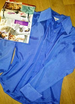 Рубашка ярко-синего цвета!