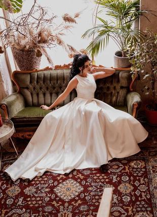 Шикарное атласное свадебное платье с глиттером