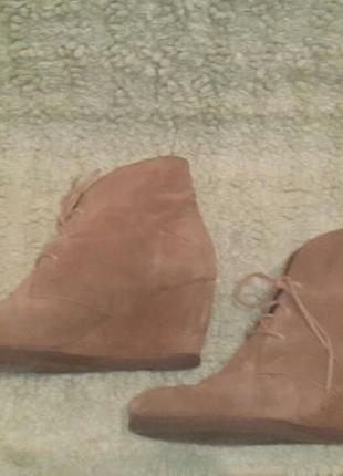 Замшевые ботинки на танкетке бежевые oasis