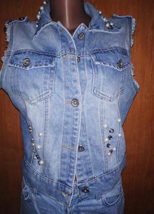 Жилетка джинсовая с жемчугом