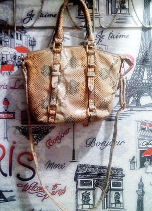 Стильная сумочка под змеиную кожу