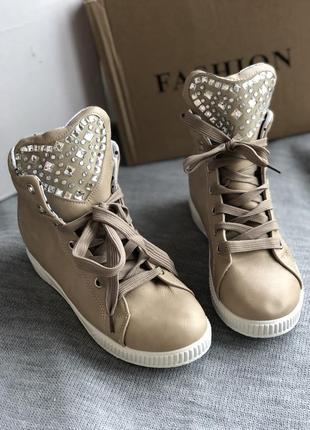 Сникерсы, ботинки бежевые новые 36 - 23 см с сердечками