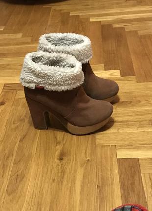 Демисезонные ботинки на каблуке3 фото
