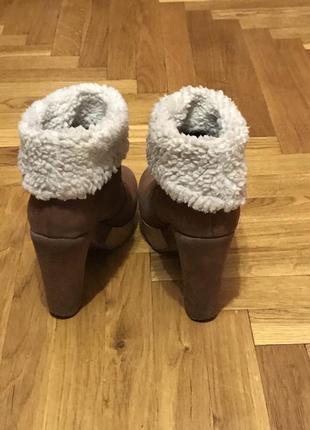 Демисезонные ботинки на каблуке2 фото