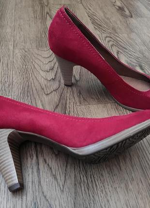 Красные замшевые туфли лодочки на каблуке