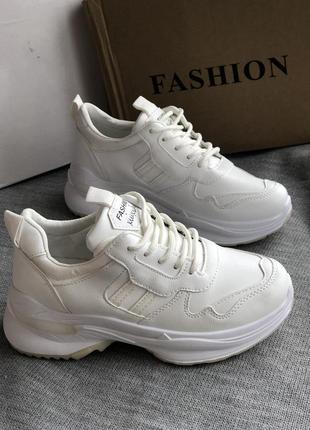 Белые новые кроссовки на платформе