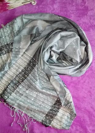 Красивый шарф.