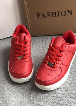 Красные кроссовки спортивные