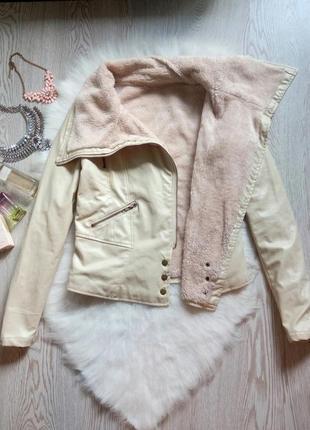 Белая кожанка косуха куртка на меху с мехом короткая кожзам бежевая теплая деми зимняя