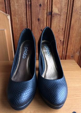 Чёрные туфли под змеиную кожу