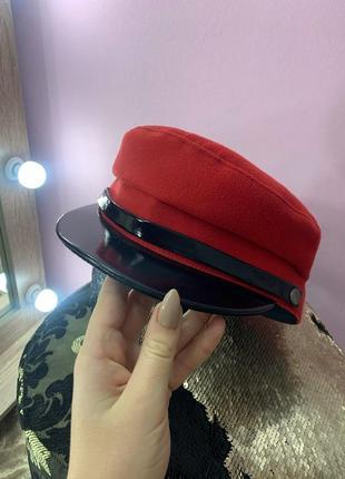 Красная кеппи фуражка весенняя с лаковым чёрным козырьком