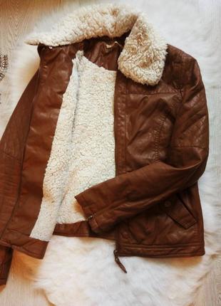 Теплая коричневая куртка кожанка деми с белым мехом косуха стеганая зимняя кожзам