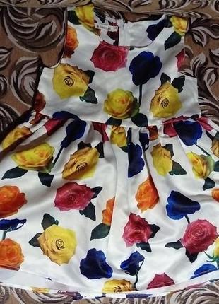 Літнє атласне платтячко в кольорові троянди
