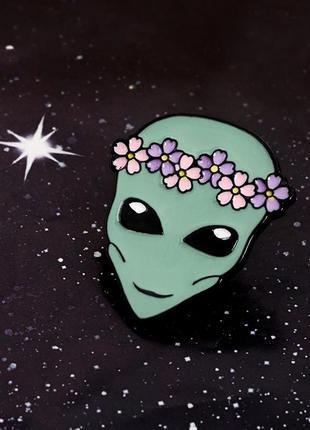 Значок инопланетянин в веночке, брошь, брошка