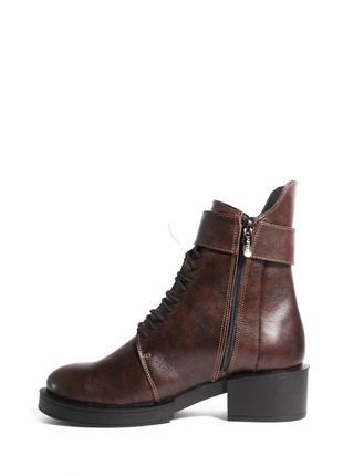 Кожаные коричневые ботинки на каблуке3 фото