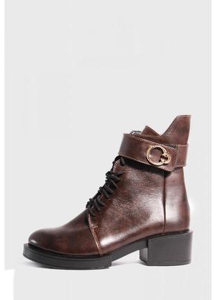 Кожаные коричневые ботинки на каблуке4 фото
