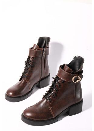 Кожаные коричневые ботинки на каблуке