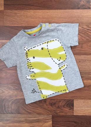Серая футболка в яркий принт
