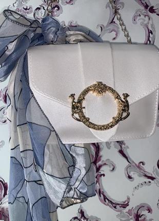Красивая белая сумочка с шарфиком
