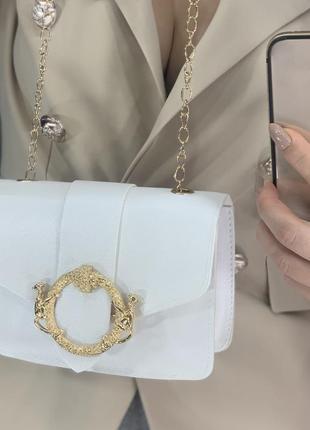 Красивая белая сумка на цепочке