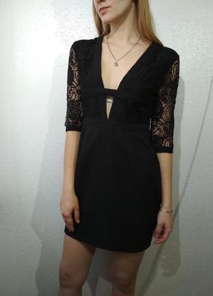 Черное платье с кружевом глубокий вырез