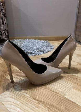 Изысканные лакированные туфли бежевого цвета