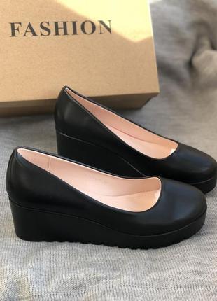 Черные туфли лодочки на танкетке новые