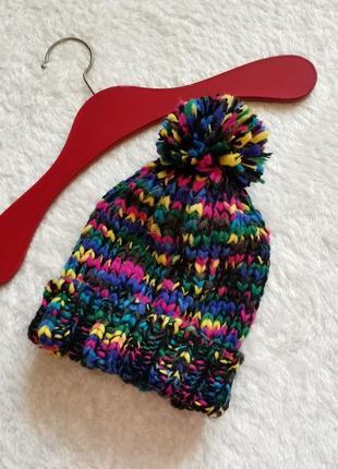 Шапка грубой  вязки с помпоном и подворотом из разноцветной нити avant premier