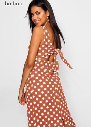 Длинное платье в горошек с вырезом на спине boohoo