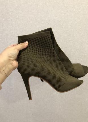 Красивые туфли ботильоны резинкой с открытым носком