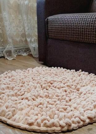 Вязаный пушистый коврик из alize puffi