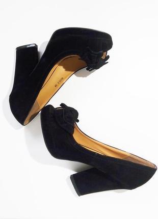 Велюровые туфли с открытым носком на высоком каблуке