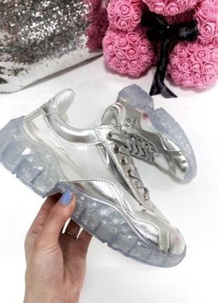 Серебристые кроссовки с силиконовыми вставками
