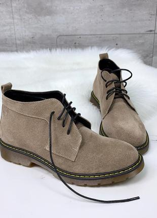 Высокие бежевые туфли из натуральной замши на низком каблуке