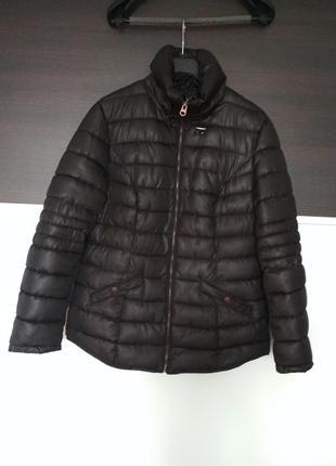 Черная стеганая куртка весенняя с воротником стойкой