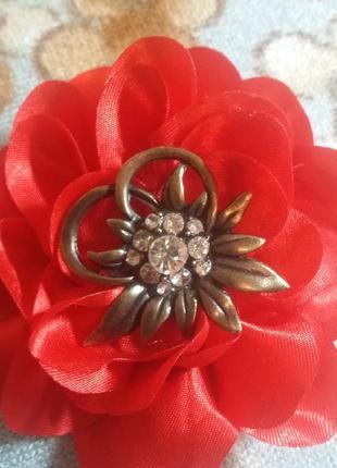 Брошь  цветок с кристаллами , винтаж, латунь.