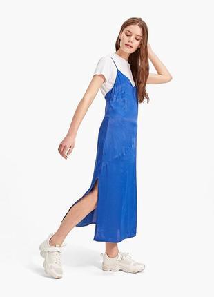 Сатиновое платье-сарафан с открытыми плечами stradivarius оригинал