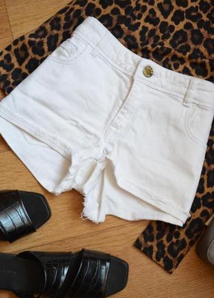 Белые летние джинсовые шорты короткие бойфренд с потертостями с 36