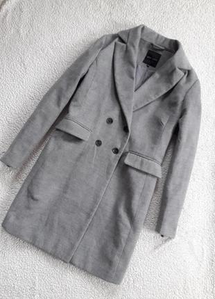 Стильное двубортное пальто с карманами