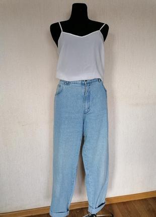 Трендовые джинсы бананы с высокой талией