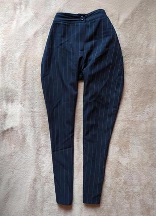 Укоррченные,зауженные брюки с высокой талией в тонкую полоску