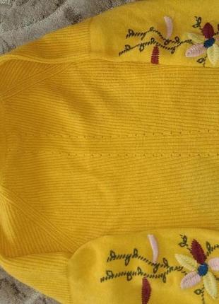 Желто-горчичневая кофта с вишивкой