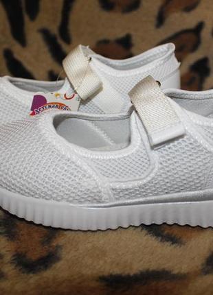 Детские белые спортивные туфли кроссовки