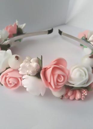 Нежный ободок обруч с белыми и персиковыми розочками