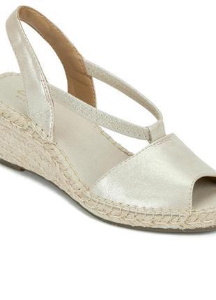 Яркие золотистые кожаные босоножки сандалии clarks