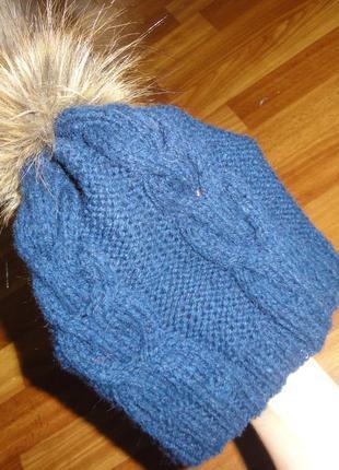 Синяя шапка из шерсти мериноса с меховым бубоном